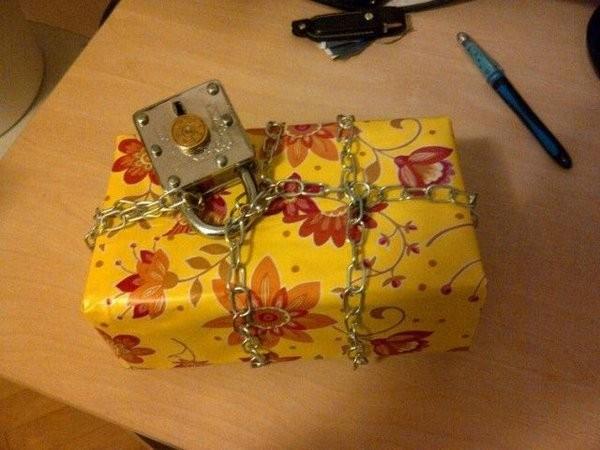 Очень необычная упаковка подарка (13 фото)