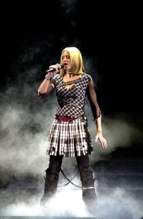 5 THE DROWNED 2001 - Мадонна и ее туры: самые яркие образы за 20 лет