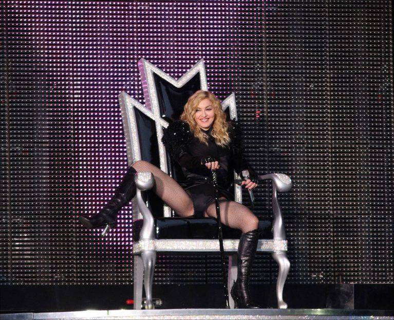 8 STICKYSWEET 2008 2009 - Мадонна и ее туры: самые яркие образы за 20 лет