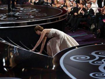 Звезда упала: нелепые падения 7 знаменитостей во время вручения наград