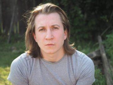 Дмитрий Шаракоис теперь работает официантом